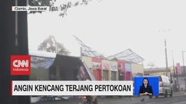 VIDEO: Angin Kencang di Ciamis Rusak Pertokoan