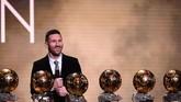 Lionel Messi jadi manusia pertama yang meraih enam gelar Ballon d'Or, mengalahkan Cristiano Ronaldo yang mengoleksi lima trofi. Selain gelar di tahun ini, La Pulga meraih trofi prestisius itu tahun2009, 2010, 2011, 2012, dan 2015.(Photo by FRANCK FIFE / AFP)