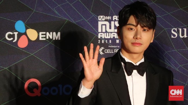 Aktor Lee Yikyung turut hadir meramaikan MAMA 2019 dengan tampilan formal berupa kemeja putih dan setelan jas hitam dengan menyematkan dasi kupu-kupu di bagian leher. (CNN Indonesia/Christie Stefanie)