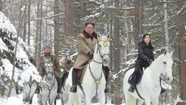Pemimpin Korea Utara, Kim Jong-un, kembali berkuda ke lokasi yang dianggap suci bagi warga Korut dan Korea Selatan, Gunung Paektu. (Korean Central News Agency/Korea News Service via AP)