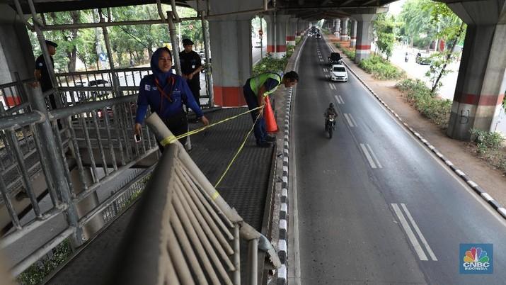 Sebuah truk kontainer pengangkut dump truck menabrak JPO halte TransJakarta Bea Cukai..