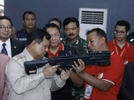 Mengintip Gaya Prabowo Menjajal Senjata di Pameran Alutsista