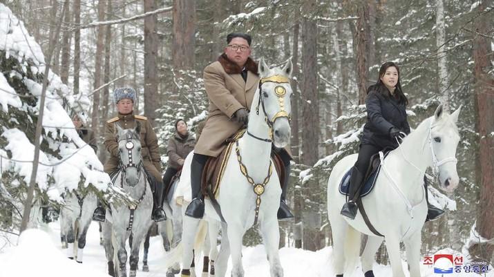 Wew! Kim Jong Un Naik Kuda Putih Lagi, Tanda Apakah Ini?