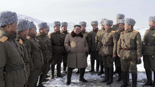 Dalam pembukaan tersebut, Kim yang mengenakan mantel kulit berwarna hitam memotong pita sebagai penanda upacara peresmian pembangunan proyek.(Korean Central News Agency/Korea News Service via AP)