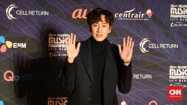 Lee Kwang Soo hadir meramaikan MAMA 2019. Turtleneck hitam yang dipadukan dengan jas berwarna sama membuat aktor Running Man ini terlihat gagah. (CNN Indonesia/Christie Stefanie)