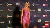 Dua Lipa hadir sebagai bintang tamu dalam MAMA 2019.Gaun mini sequin berwarna pink dengan rambut yang tergerai begitu sajamembuat pelantun