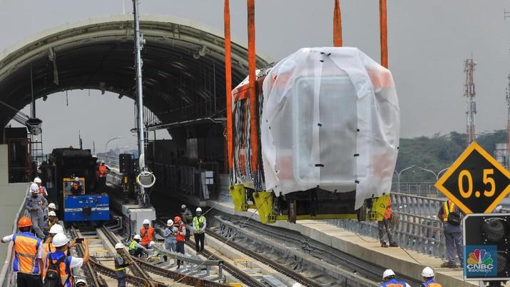 Rangkaian kereta LRT Jabodebek diproduksi oleh PT INKA di Madiun dengan komponen 60 persen buatan dalam negeri.