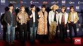 BTS tampil berbeda dalam ajang MAMA 2019. Alih-alih berdandan formal, BTS justru tampil dengan gaya masing-masing personel dan memberikan kesan kasual. Beberapa bahkan cukup mengenakan kemeja dan celana jeans yang dipadukan dengan jas. (CNN Indonesia/Christie Stefanie)