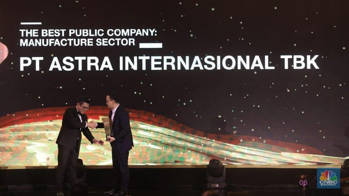 PT Astra International Tbk (ASII) meraih penghargaan The Best Public Company Manufacture di CNBC Award 2019.