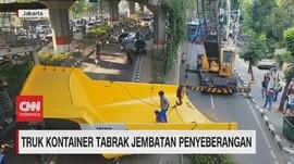 VIDEO: Truk Kontainer Tabrak Jembatan Penyebrangan