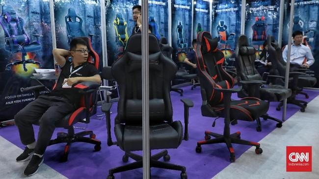 Pameran ini turut menjual produk elektronik dari mulai perlengkapan gaming. (CNN Indonesia/Bisma Septalisma).