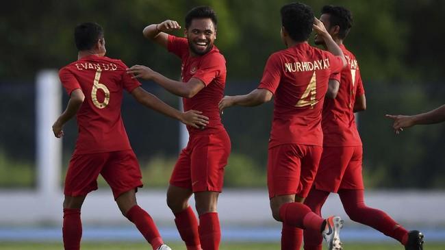 PenyerangTimnas Indonesia Saddil Ramdani (kedua kiri) melakukan selebrasi bersama rekan setimnya seusai mencetak gol pembuka ke gawang Timnas Laos. (ANTARA FOTO/Sigid Kurniawan/hp)