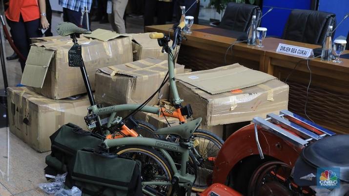 Bea Cukai membongkar paket yang diselundupkan via Garuda, berisi sepeda Brompton seharga Rp 50 juta per unit