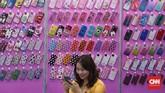 Berbagai produk elektronik dipamerkan dalam gelaran ini mulai dari aksesoris ponsel hingga komponen elektronik. (CNN Indonesia/Bisma Septalisma).