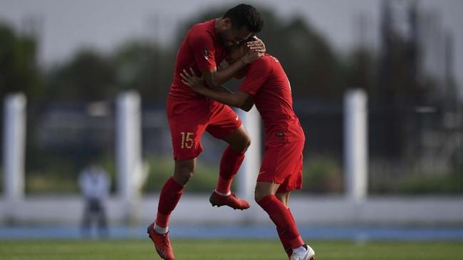 Pemain Timnas U-22 Indonesia Saddil Ramdani (kiri) melakukan selebrasi bersama Evan Dimas. (ANTARA FOTO/Sigid Kurniawan/hp)