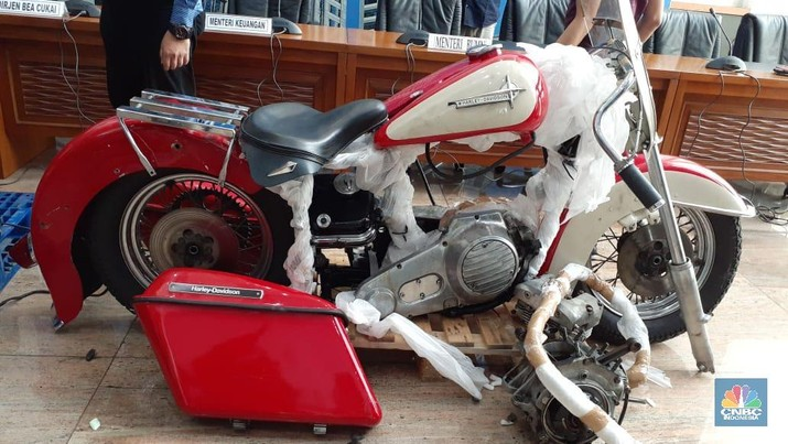 Penyelundupan moge Harley dan sepeda Brompton oleh Dirut Garuda melanggar hukum dan rugikan negara Rp 1,5 miliar.