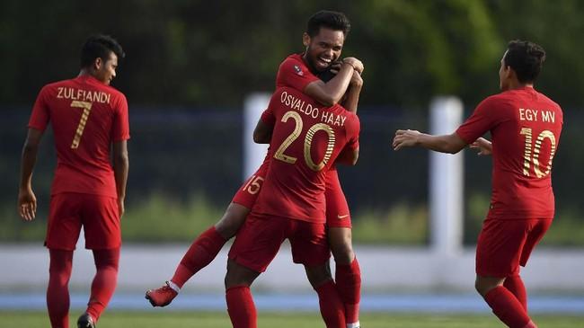 Pemain Timnas Indonesia Saddil Ramdani (kiri) selebrasi dengan Osvaldo Haay. (ANTARA FOTO/Sigid Kurniawan/hp)
