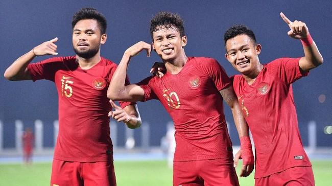 Osvaldo Haay (tengah) bersama Sani Rizki (kanan) dan Saddil Ramdani selebrasi usai mencetak gol ke gawang Timnas Laos. (ANTARA FOTO/Sigid Kurniawan/wsj)