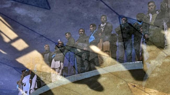 Pantulan bayangan pendukung kandidat Presiden Abdullah Abdullah yang terlihat dari kolam saat menghadiri demonstrasi di Kabul, Afghanistan pada Jumat. Mereka menentang isu surat suara palsu. (AP Photo/Altaf Qadri)