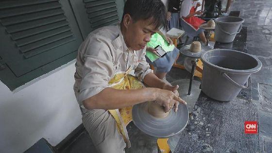 Geliat Hendra Menekuni Keramik