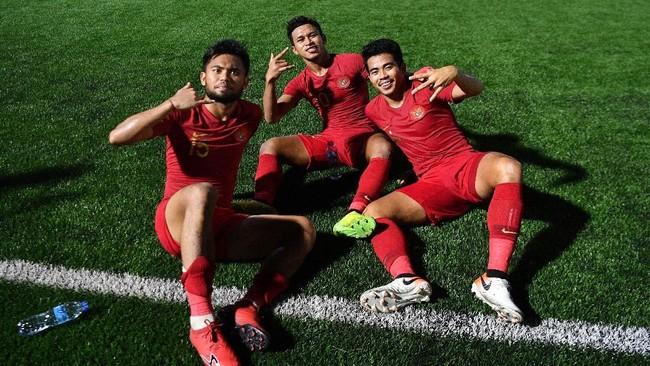 Pemain Timnas Indonesia Osvaldo Haay (tengah) bersama Sani Rizki (kanan) dan Saddil Ramdani usai memastikan lolos ke semifinal. (ANTARA FOTO/Sigid Kurniawan/wsj)