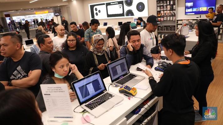 Beberapa pelanggan mengaku rela mengantri mulai dari jam 3 dini hari demi mendapatkan berbagai promo seperti gratis cicilan pertama.