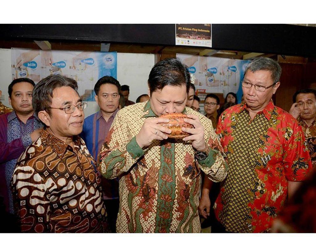 Momen ini diambil ketika Airlangga menghadiri perayaan Hari Kakao Indonesia di Kementerian Perindustrian. Airlangga terlihat serius mencium aroma kakao yang jadi bahan baku pembuatan cokelat. Foto: instagram @airlanggahartanto