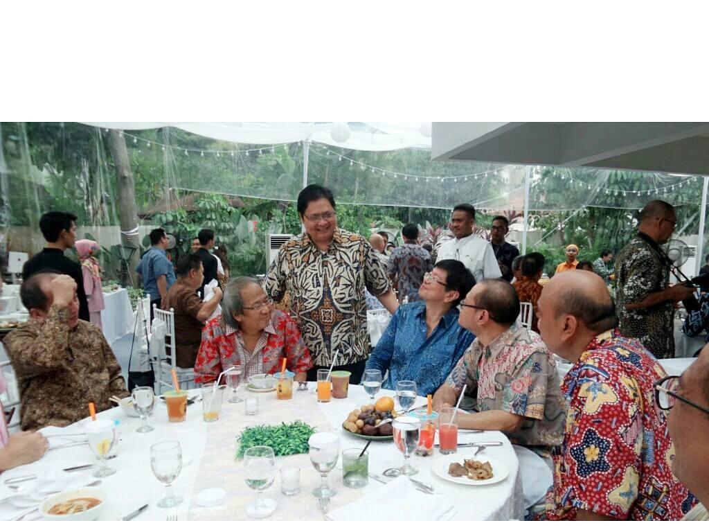 Perayaan ulang tahun ini terlihat hangat dengan kehadiran saudara dan rekan-rekan Airlangga. Ia juga ikut menyapa para tamu undangan. Foto: instagram @airlanggahartanto