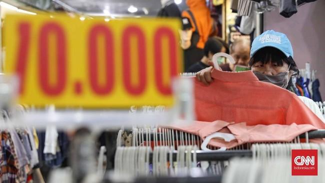 Ada beragam alasan mengapa baju bekas masih banyak diburu. Selainharganya yang miring, pembeli yang jeli dalam 'menjelajah' segudang pilihan bakal mendapat pakaian dari merek-merek ternama dengan kualitas yang masih layak pakai. (CNNIndonesia/Safir Makki)