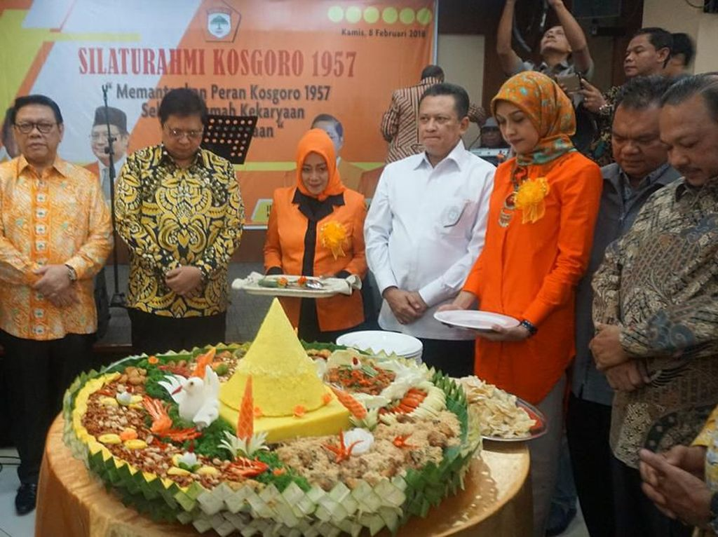 Airlangga menjadi salah satu tamu yang hadir dalam acara Silaturahmi Kosgoro 1957 yang digelar di Jakarta Timur. Di depannya sudah siap nasi tumpeng berukuran besar yang siap disantap. Foto: instagram @airlanggahartanto