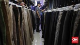 Ribuan celana dengan beragam model ditawarkan dengan harga mulai dari Rp40 ribu hingga Rp100 ribu. (CNNIndonesia/Safir Makki)