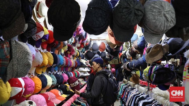 Tak ketinggalan, beragam jenis topi bekas yang masih layak juga bisa Anda dapatkan. Topi yang berasal dari China dan Thailand mendominasi barang jualan. (CNN Indonesia/Safir Makki)