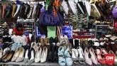 Eksistensi produkfesyen bekas yang dijual di Pasar Baru Metro Atom memiliki pasar tersendiri. Beragam label modeternama pun hadir di sini. (CNNIndonesia/Safir Makki)