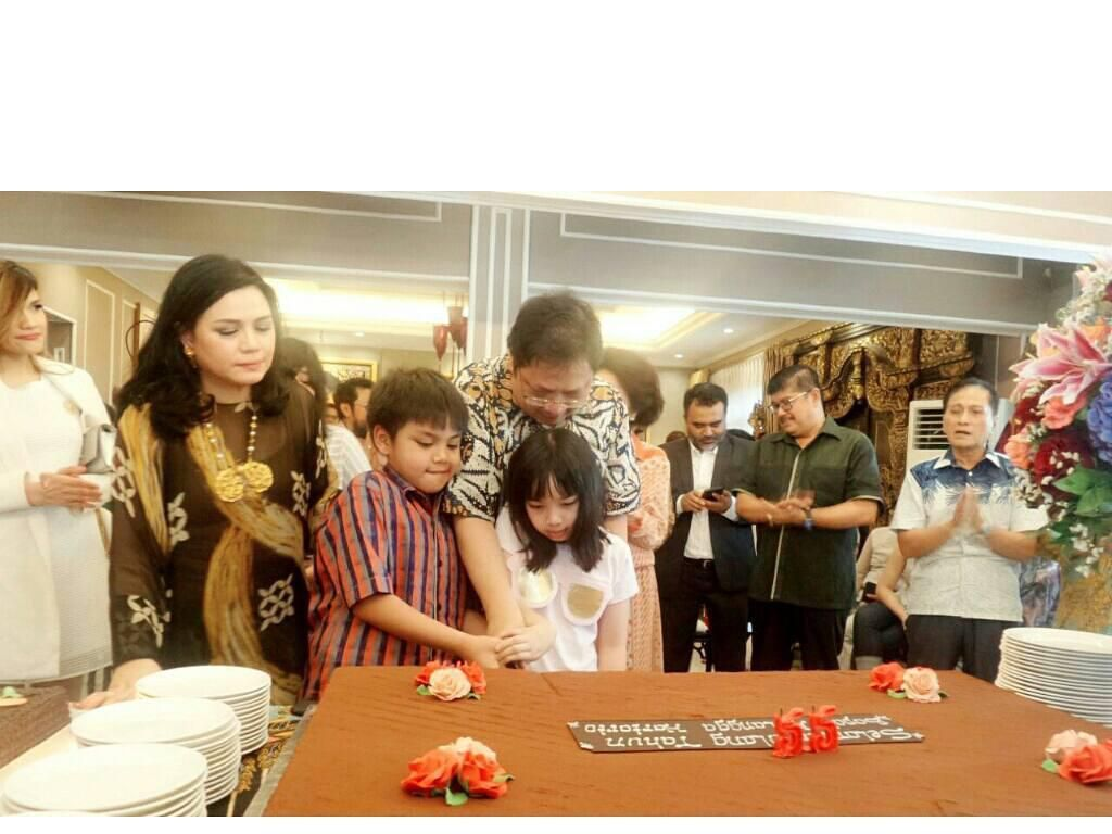 Tak hanya sibuk dengan urusan politik saja, Airlangga juga tetap terlihat dekat dengan keluarganya. Salah satunya saat momen ulang tahun Airlangga yang ke 55 ini dirayakan bersama keluarga tercinta. Foto: instagram @airlanggahartanto