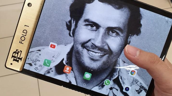 Adik laki-laki Pablo Escobar meluncurkan ponsel lipat bernama Escobar Fold 1 untuk bersaing dengan Apple dan Samsung.