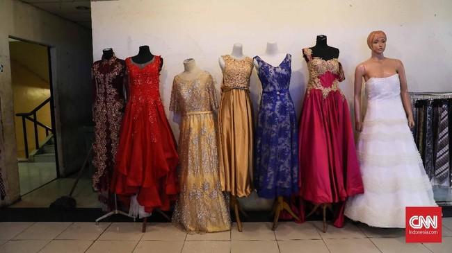 Pakaian bekas ini hadir dengan kondisi yang masih layak pakai. Sebagian besarnya berasal dari China, Bangkok, dan Singapura. (CNNIndonesia/Safir Makki)