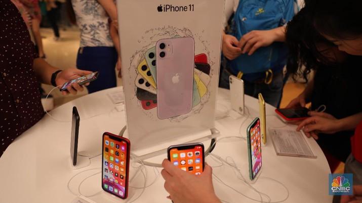 Penjualan perdana jajaran iPhone 11 di Indonesia. (CNBC Indonesia/Tri Susilo)