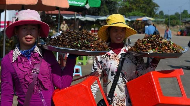 Di Kamboja, dengan kocek sebesar 2 ribu riel atau setara dengan Rp6.900, Anda bisa mendapatkan kenikmatan dari renyahnya daging tarantula.(Photo by TANG CHHIN Sothy / AFP)