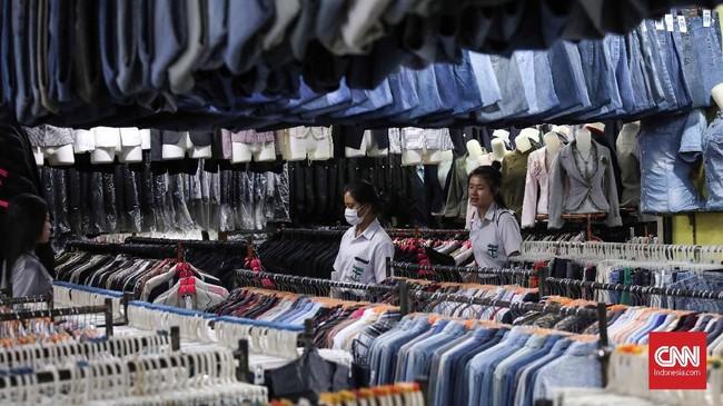Pasar Baru Metro Atom yang terletak di Jakarta Pusat bisa menjadi salah satu pilihan untuk berburu baju bekas di ibu kota. (CNN Indonesia/Safir Makki)