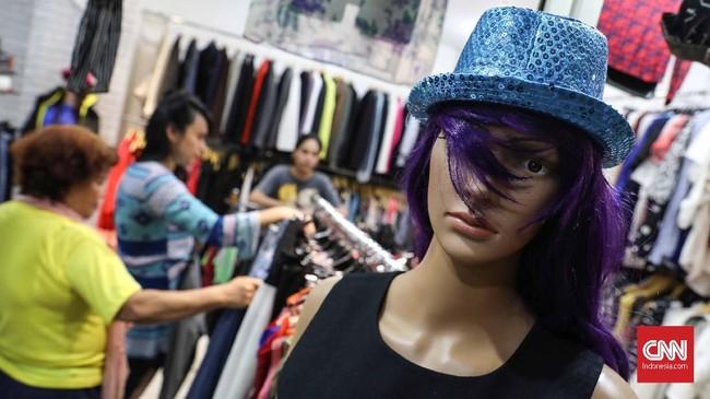 Beragam produk fesyen dijajakan di lantai 3 dan 4 pasar. Mulai dari celana, topi, sepatu, tas, hingga gaun. (CNNIndonesia/Safir Makki)