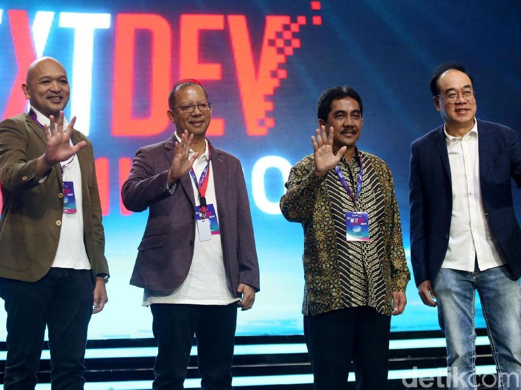 Acting CEO Telkomsel Heri Supriadi, Dirjen Informasi dan Komunikasi Publik Kominfo, Widodo Muktiyo dan jajaran, menaiki panggung untuk membuka Telkomsel The NextDev Summit 2019.