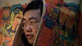 Di berbagai penjuru China, para remaja pria menghabiskan waktu berjam-jam untuk memadu kasih lewat jagad maya. Selama mendapat bayaran, mereka akan terus memberikan perhatian pada
