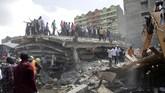 Masyarakat mendatangi bangunan enam lantai yang roboh di Tasia Embakasi, Kenya, Jumat (6/12). (AP Photo/Khalil Senosi)