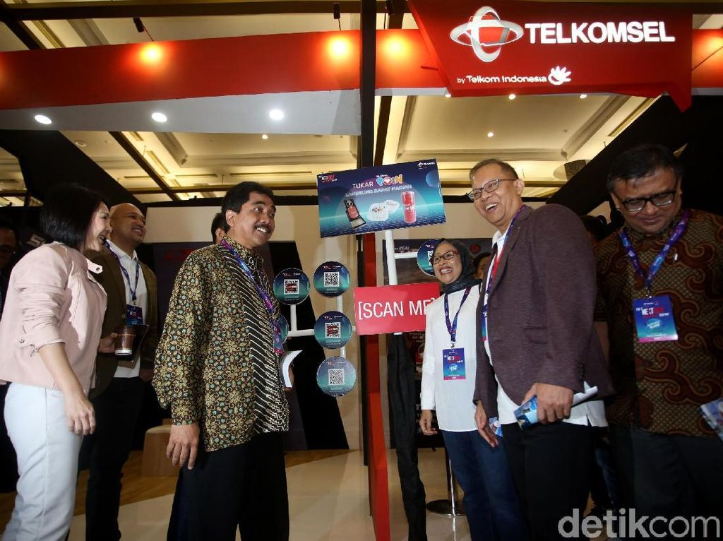 Usai membuka acara, Acting CEO Telkomsel, Dirjen Informasi dan Komunikasi Publik Kominfo dan jajaran berkeliling beragam booth yang hadir di dalam acara tersebut.