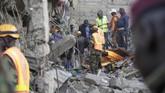 Tim SAR bekerja mencari korban di antara bangunan enam lantai yang roboh di Tasia Embakasi, Kenya, Jumat (6/12). (AP Photo/Khalil Senosi)