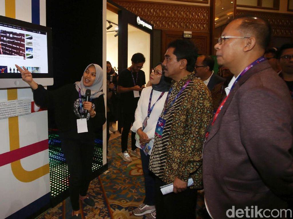 Mereka tampak mendengarkan penjelasan di salah satu booth yang hadir di dalam event The NextDev Summit 2019.