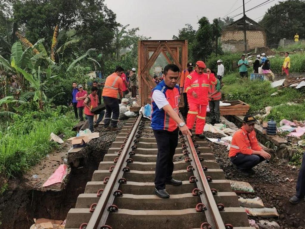 Longsor terjadi di antara jalur stasiun Parung Kuda-Cicurug, tepatnya KM 28+2/3. Untuk perbaikan jalur rel dampak bencana longsor pada lintas tersebut, PT KAI Daop 1 Jakarta menetapkan untuk sementara waktu perjalanan KA lintas Sukabumi - Bogor dan sebaliknya dibatalkan pada Sabtu 7 Desember 2019. Dok. KAI.