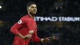 Striker Manchester United Marcus Rashford mencetak gol dari titik penalti ke gawang Manchester City. Satu gol ke gawang Man City membuat Rashford telah mencetak 13 gol dari 21 laga di semua ajang. (AP Photo/Rui Vieira)