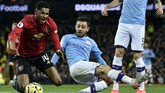 Penyerang Manchester United Marcus Rashford dilanggar gelandang Manchester City Bernardo Silva di dalam kotak penalti saat pertandingan lanjutan Liga Inggris di Stadion Etihad, Sabtu (7/12). (AP Photo/Rui Vieira)