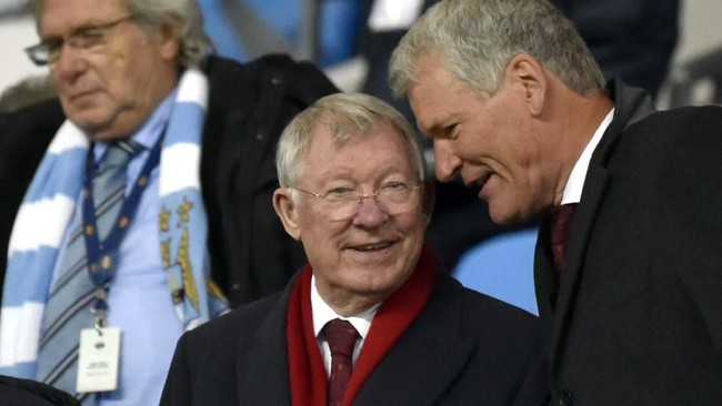 Mantan manajer Manchester United Sir Alex Ferguson turut menyaksikan kemenangan The Red Devils atas Manchester City di Stadion Etihad, Sabtu (7/12). Ferguson ditemani mantan Chief Executive MU David Gill dalam laga yang berkesudahan 2-1 tersebut. (AP Photo/Rui Vieira)